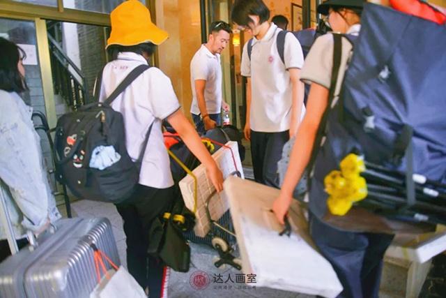 王老师与同学们收拾画具准备回校