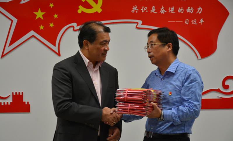 金坛区领导向香港金坛同乡会赠送国旗