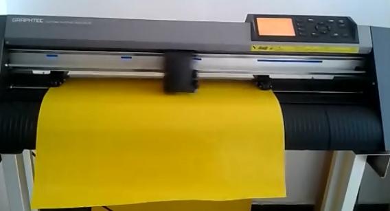 使用刻字机把锦旗上的内容镜像刻在不干胶即时贴,将字抠掉