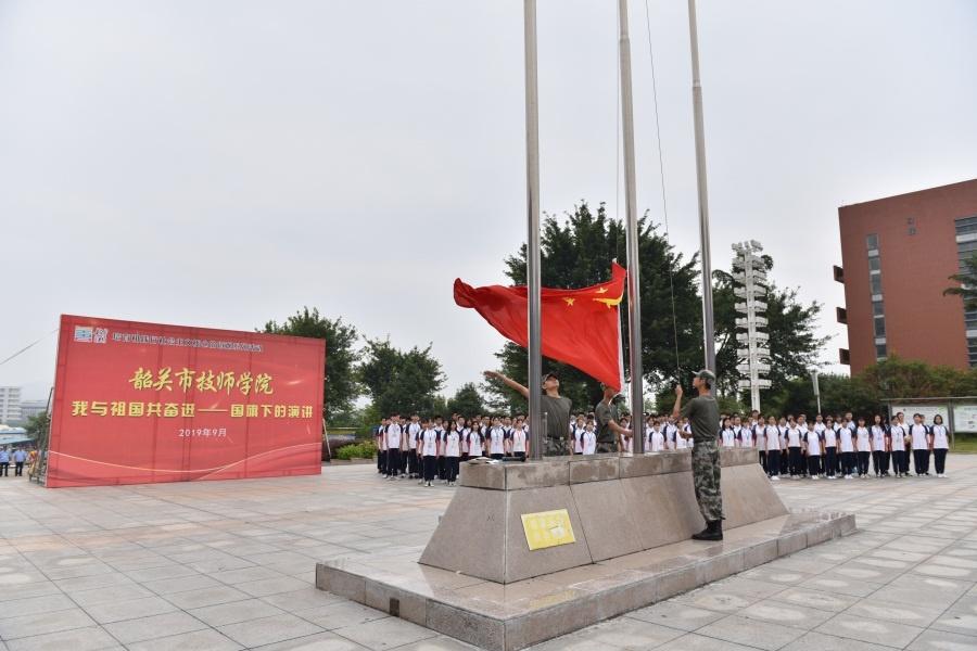 1.五星红旗在团员护旗卫队的护卫下,在庄严的国歌声中冉冉升起.JPG