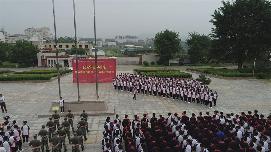 4.全院团员举起手中的五星红旗,用青春响亮的声音高唱《我和我的祖国》.JPG