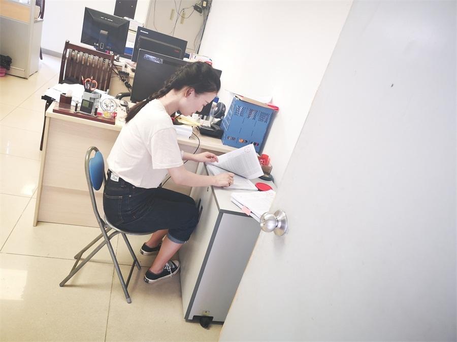 王溢青、杨扬在广东省人力资源和社会保障厅办理学籍备案现场2.jpg