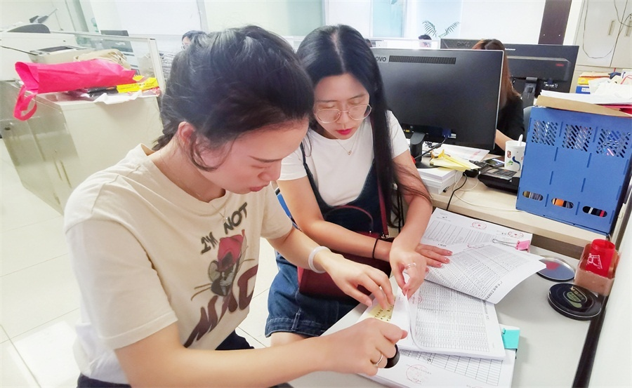 王溢青、杨扬在广东省人力资源和社会保障厅办理学籍备案现场.jpg