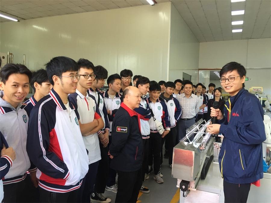 机器人专171班学生丘政文同学在介绍视觉机器人的工作原理.jpg