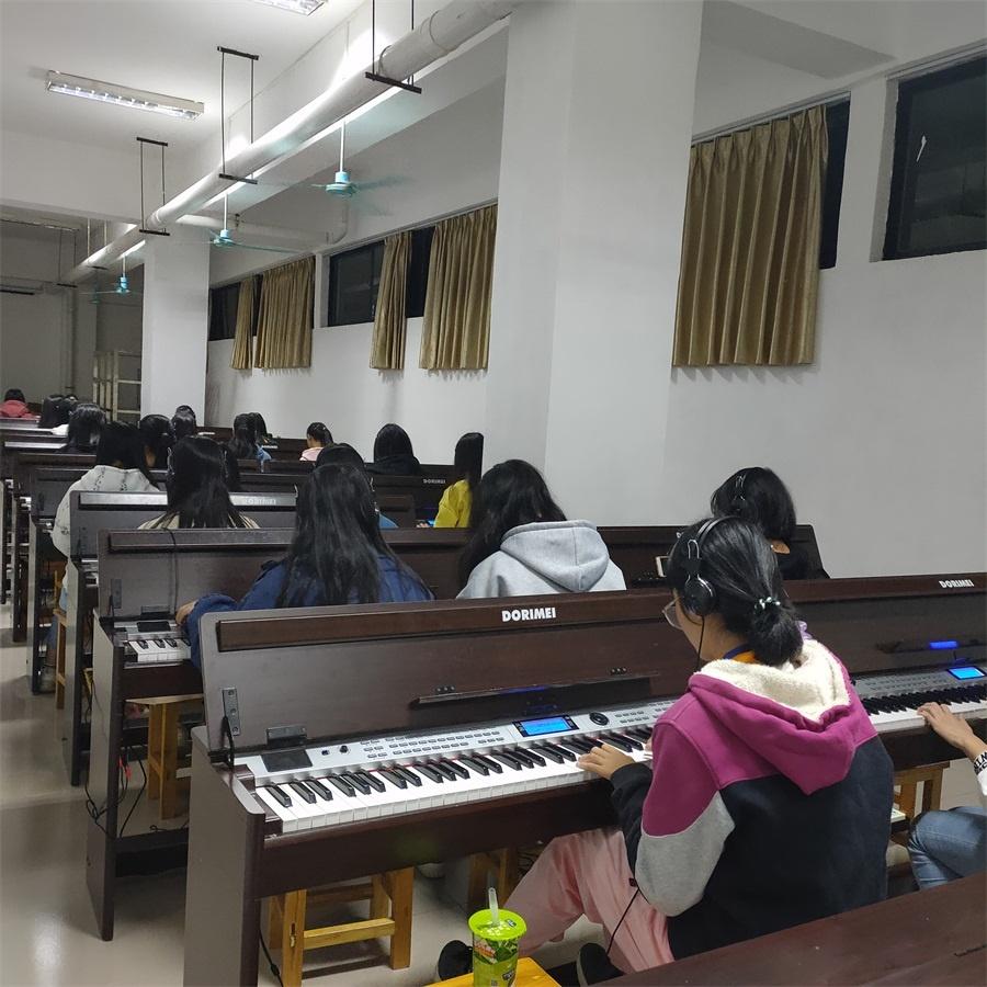 业余时间开放的琴房.jpg