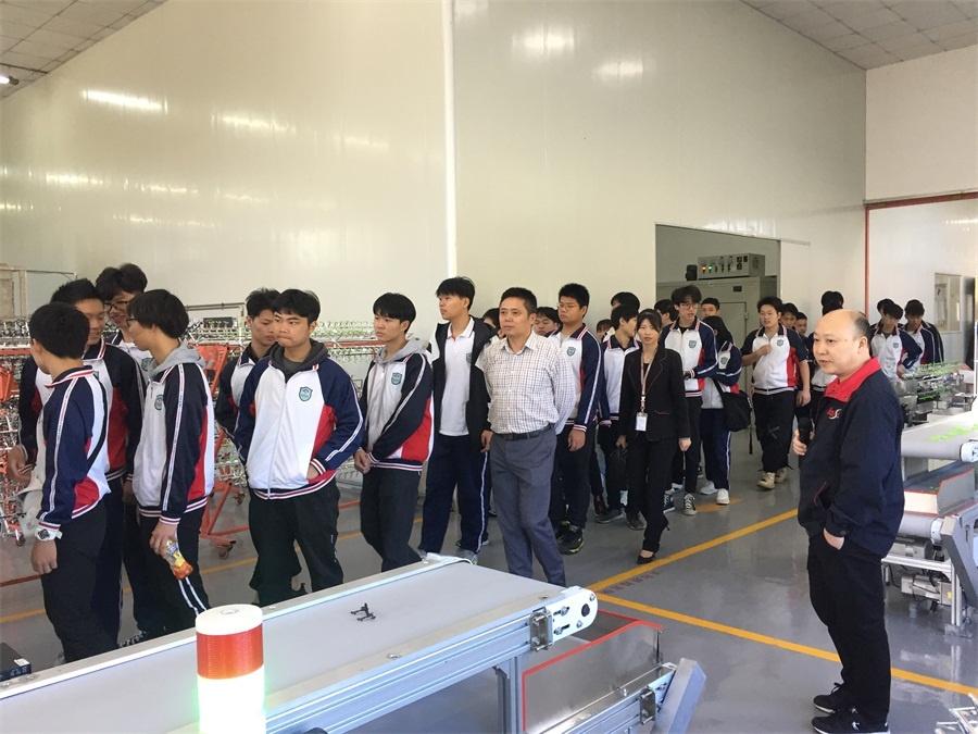 企业生产部唐志军主任在引导学生有序参观自动化生产线.jpg