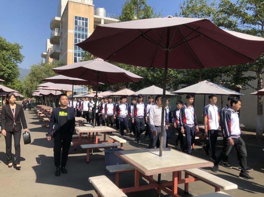 机器人专181班的学生列队参观企业员工生活区.jpg