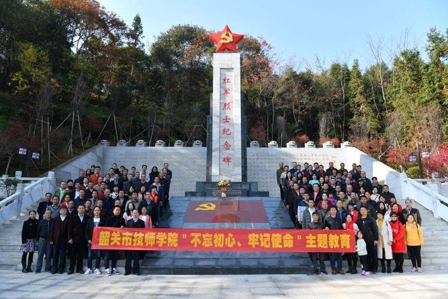 党员们瞻仰红军烈士纪念碑.jpg