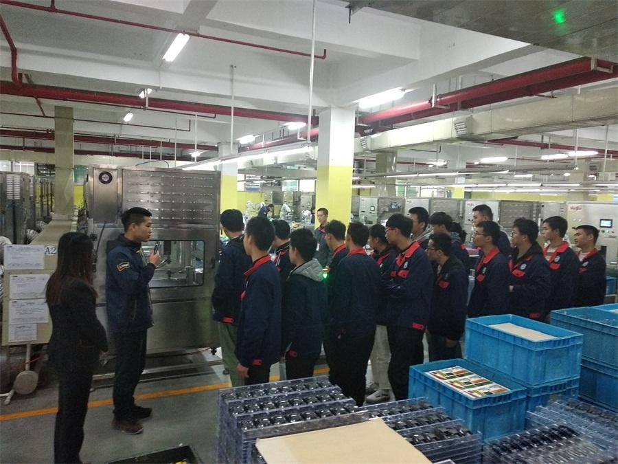 机器人专171班的学生邓维东在给同学们讲解机械手的抓取原理.jpg