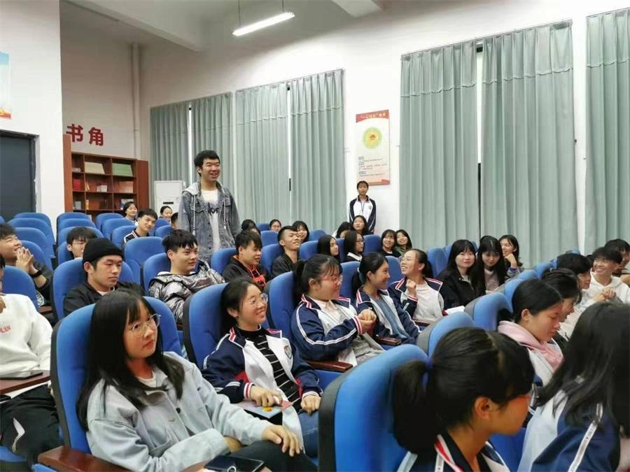 同学们现场积极参与活动.jpg
