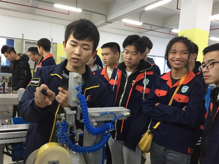 机器人171专的学生王翔在给同学们讲解视觉机器人的工作原理.jpg