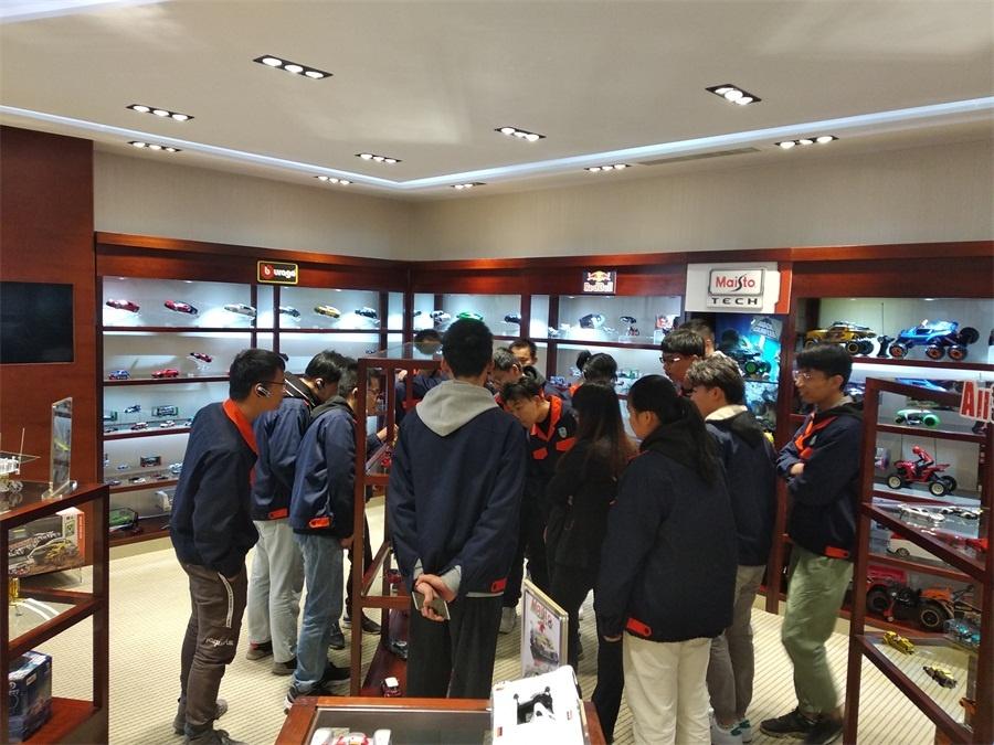 学生饶有兴致地参观企业产品展示厅.jpg