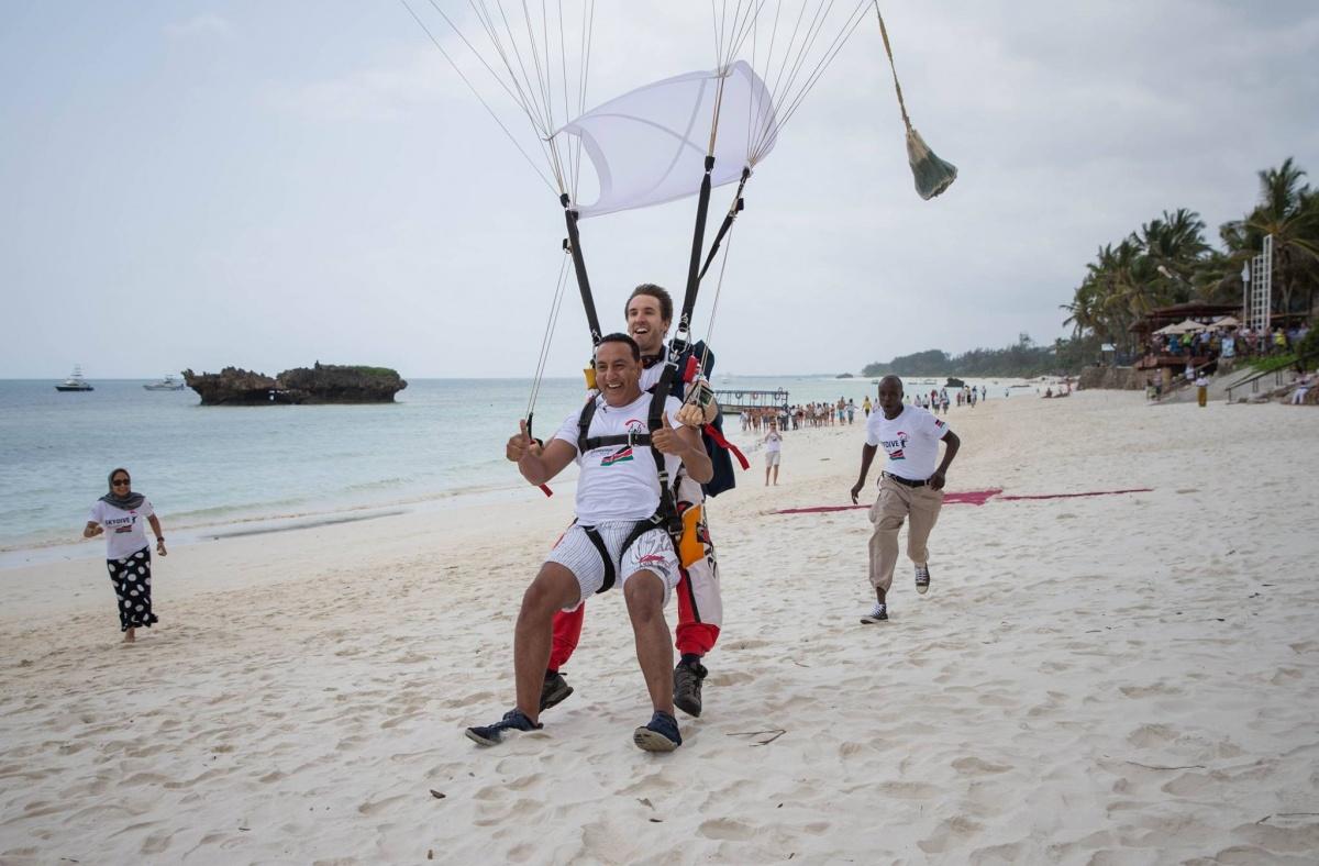 肯尼亚旅游部长跳伞-探险旅游kenya-tourism-minister-skydive- Adventure tourism.jpg