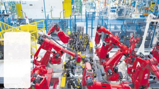 在广汽菲克长沙工厂,机器人远比产业工人多,目前89秒可下线一台新车。 长沙晚报全媒体记者 王志伟 摄